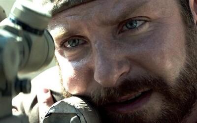 Bradley Cooper pod vedením Clinta Eastwooda prinesie najosobnejší a najatmosférickejší vojnový zážitok roka