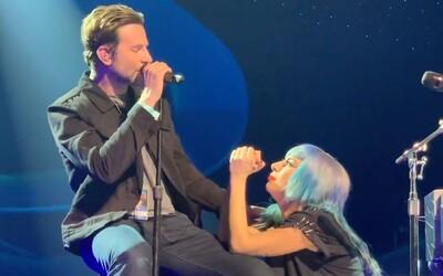 Bradley Cooper prekvapil fanúšikov na koncerte Lady Gaga. Po prvýkrát spolu naživo zaspievali hit Shallow