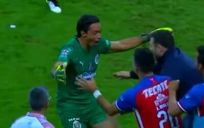 Brankář mexické ligy vstřelil neuvěřitelný gól přes celé hřiště v poslední minutě nastaveného času