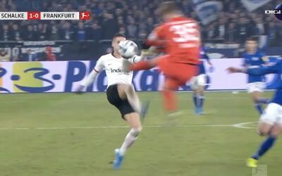 Brankář Schalke 04 předvedl zákrok jako z kung-fu. Rozhodčí mu okamžitě udělil červenou kartu