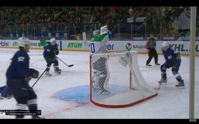 Brankář z ruské KHL ukázal, co je opravdová pohoda. Během útoku v klidu popíjel