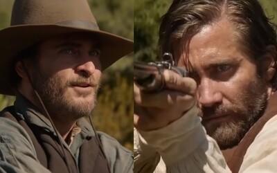 Bratia a zabijaci Joaquin Phoenix a John C. Reilly idú vo westernovej komédii po krku Jakeovi Gyllenhaalovi a Rizovi Ahmedovi