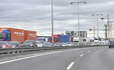 Bratislava je od rána upchatá, do práce to trvá aj 35 minút. Dôvodom je viacero nehôd