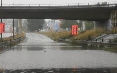 Bratislava zápasí so silnými búrkami. Mnohé ulice zostali zatopené
