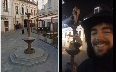 Bratislavčan natočil na Instagram Story nehodu opitých ľudí, ktorá mala nešťastné následky. Mladík spadol z vysokej fontány priamo na hlavu