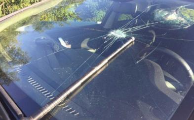 Bratislavčan s teleskopom v ruke na diaľnici rozbíjal autám sklá. Vodiči ho dobili