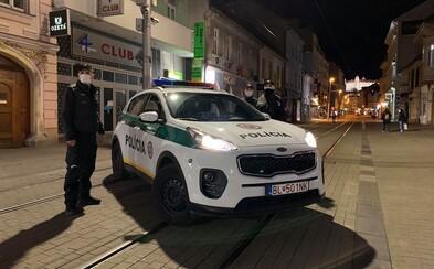 Bratislavskí policajti to so zatvorenými krčmami myslia vážne! Chodili po centre a kontrolovali všetky výklady