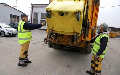 Bratislavskí smetiari zarábajú takmer 1 400 €: Niektorí na nás pokrikujú z áut a nadávajú nám, no stále nevedia poriadne triediť