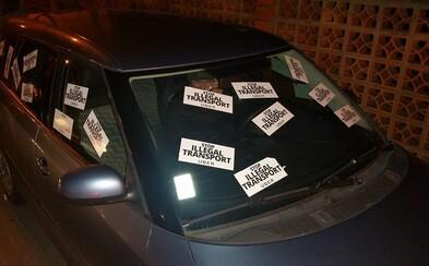Bratislavští taxikáři táhnou do války proti Uberu. Nadávají, lepí desítky nálepek a blokují auta