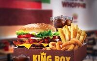 Bratislavský Burger King oznámil obrie menu. V gigantickej porcii nájdeš dva druhy burgrov, hranolky, nápoj a aj cibuľové krúžky