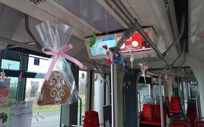 Bratislavský vodič električky oslávil narodeniny s cestujúcimi, rozdával im sladkosti či ovocie
