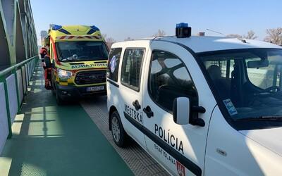 Bratislavští policisté zabránili ženě skočit z mostu. Chtěla si sáhnout na život