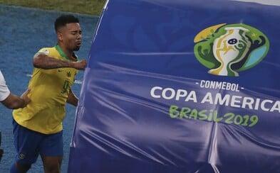 Brazilec po vyloučení mlátil do střídačky, zaútočil na stojan s VAR, a pak se rozplakal. Gabriel Jesús má na kontě vtipný hattrick
