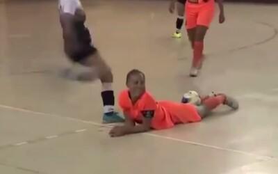 Brazílska futsalistka sa stala obeťou brutálneho zákroku protihráčky, z ktorého tuhne krv v žilách