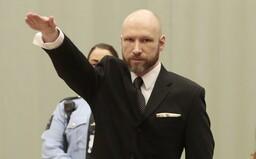 Breivik chladnokrvne strieľal do detí na zemi, aby sa uistil, že sú mŕtve. Na 10. výročie sa vie dostať na slobodu a chce milióny