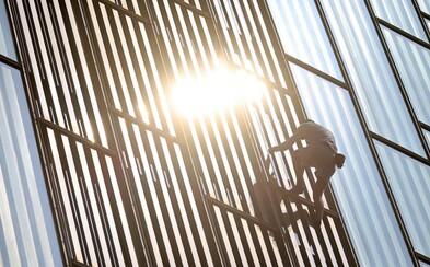 Brit vylezl na 116 metrů vysoký barcelonský mrakodrap bez jištění. Dole ho už čekala policie, hrozí mu pokuta