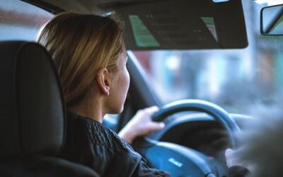 Britka ani po tisíc hodinách nezvládla skúšky a nedostala vodičák. Od strachu odpadáva za volantom, nezvláda kruhové objazdy