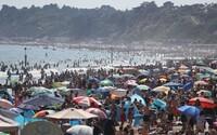 Britové si už s karanténou velké starosti nedělají. V nejteplejší den v roce jich na plážích byly tisíce