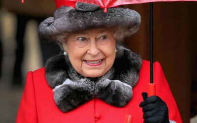 Britská královna se vydala na noční procházku. Ve tmě ji málem zastřelila ochranka