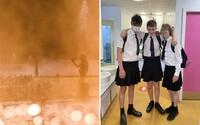 Britská škola zakázala chlapcom nosiť v horúčavách krátke nohavice. Na protest začali nosiť sukne