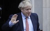 Britského premiéra Borise Johnsona museli převézt do nemocnice. V březnu mu diagnostikovali COVID-19
