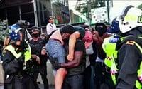 Britský hrdina. Černoch zachránil bílého pravicového extremistu před jistým útokem davu