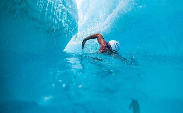 Britský plavec jako první na světě podplaval tající ledovec, chtěl tím upozornit na klimatické změny