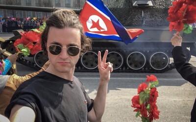 Britský turista riskoval v Severní Koreji život kvůli odvážné selfie. Za symbol míru mohl skončit i v pracovním táboře