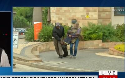 Britský vojak vbehol do teroristami obsadeného hotelu a zachraňoval rukojemníkov. Mal na sebe len džínsy a nepriestrelnú vestu