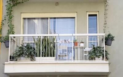 Brňan z legrace zavřel kamaráda na balkoně, pak tvrdě usnul. Neslyšel ani klepání, pomoct museli až strážníci