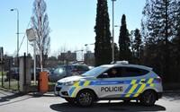 Brněnské policisty zamkl podezřelý v bytě. Když se snažili dostat ven, zranili se