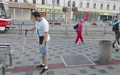 Brno opäť boduje. Na časť chodníka vyhradenú pre nevidiacich dalo mesto postaviť lavičku, kôš a kanál