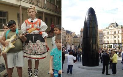 Brno smrdí a nic tam není, hlásá bláznivá zpěvačka na kolečkových bruslích oděná do kroje