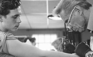 Brooklyn Beckham má teprve 18 let, avšak počtem tetování už začíná pomalým tempem dohánět slavného otce