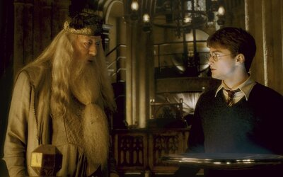 Brumbál vytvořil viteál a byl smrt sama. 10 šílených fanouškovských teorií o Harrym Potterovi tě vrátí o pár let nazpět