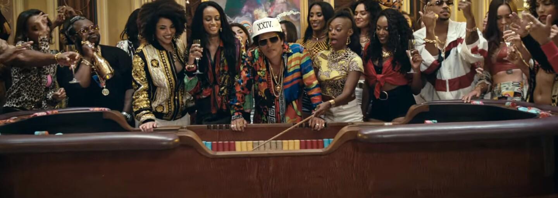 Bruno Mars jezdí ve videosinglu 24K Magic ve fontáně na vodním skútru. Jeho třetí album je hotové