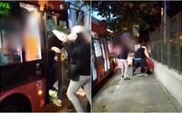 Brutálna bitka v bratislavskej MHD: Vodič prichytil vandalov, ako mu kreslia po autobuse. Ubili ho päsťami do tváre