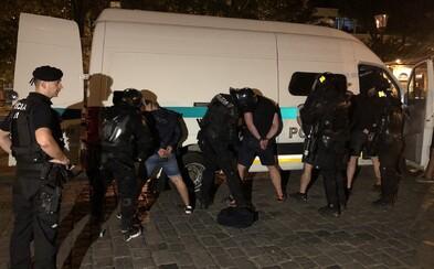 Brutálna bratislavská bitka v číslach: 130 policajtov, 107 zadržaných a 17 zranených