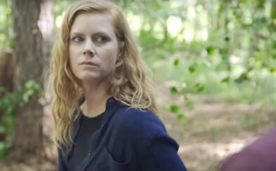 Brutálna vražda dvoch dievčat otestuje psychiku reportérky Amy Adams. Ako na nás zapôsobil prvý diel mysterióznej drámy Sharp Objects?