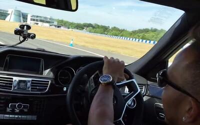Brutální Mercedes E 63 AMG a úřadující šampion Formule 1, Lewis Hamilton. Takto se driftuje!