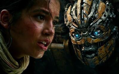 Bumblebee sa v nových ukážkach vracia odhodlaný bojovať proti Optimusovi a ďalšej hrozbe pustošiacej Zem