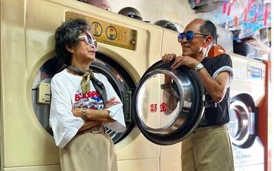 Bunda Adidas a na nohách Converse. Manželia vo veku 84 a 83 rokov pobláznili Instagram svojimi outfitmi