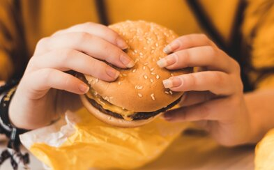 Burgery, křidélka nebo pizzy z McDonald's nebo KFC mohou mít problém. Británie navrhuje kalorický limit