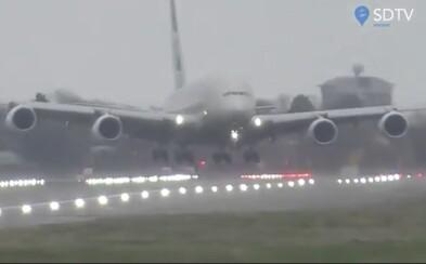 Bouře Dennis potrápila piloty. Podívej se, jak přistávalo největší dopravní letadlo na světě