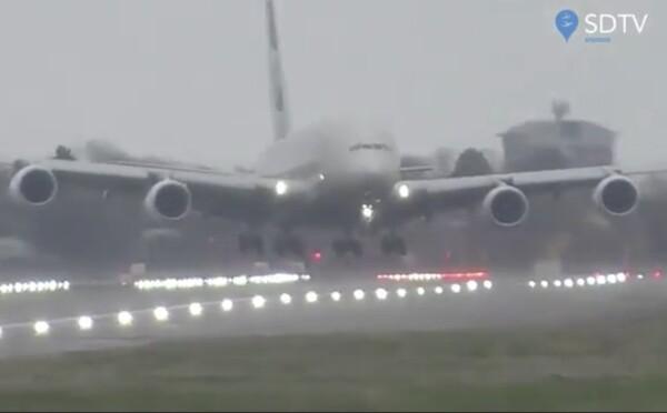 Búrka Dennis potrápila pilotov. Pozri, ako pristávalo najväčšie dopravné lietadlo na svete