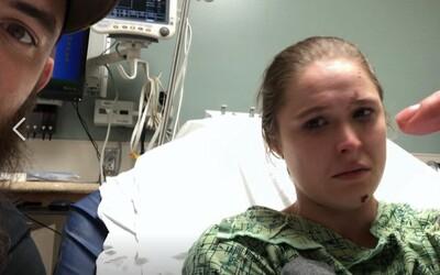 Bývalá UFC šampionka Ronda Rousey sdílela fotku brutálního zranění z natáčení. Málem přišla o prst