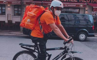 Bývalý člen afghánské vlády nyní rozváží v Německu jídlo na kole. Má přitom dva tituly z Oxfordu