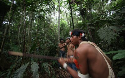 Mladá žena z kmene v Amazonii se nakazila koronavirem. O život by mohly přijít tisíce domorodců.