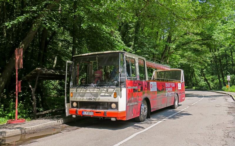 V Bratislave bude každú letnú nedeľu premávať autobus bez strechy. Potešia sa mu najmä rodiny s deťmi, ktoré chcú ísť do prírody.