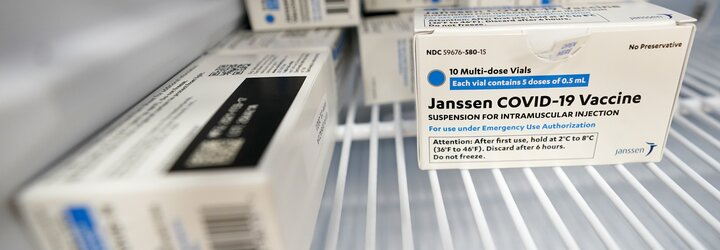 Americké úřady doporučují pozastavit očkování vakcínou společnosti Johnson & Johnson. Registrují případy krevních sraženin